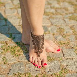 Кожаные браслеты на ногу