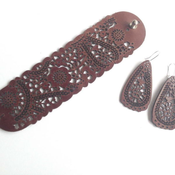 набор украшений из коричневой кожи