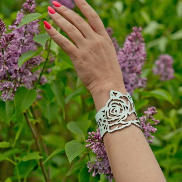 белый браслет с розочками