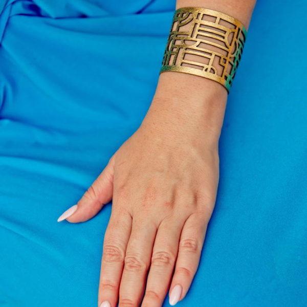 золотистый браслет из кожи